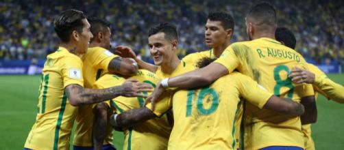 Atletas do Brasil comemorando um gol