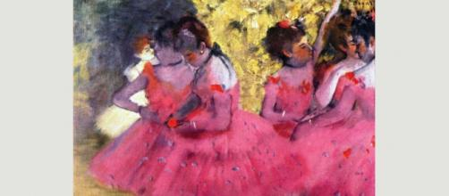 """Dancers in Pink (1880-1885) de Edgar Degas se eleva por su tono llamativo y un estilo que el artista llamó """"instantánea premeditada"""""""