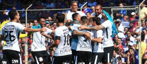 Corinthians atropela o Paraná por 4 a 0