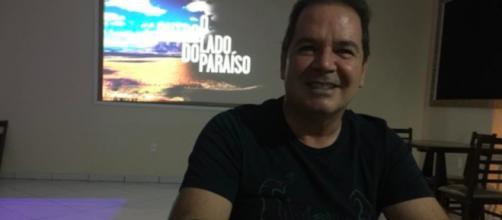 Tião Viana assistir TV, mas de costa, para não ver a Rede Globo