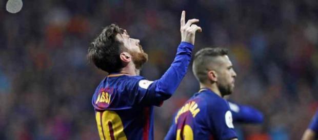 Leo Messi muito atento a tudo que se passa no Barça