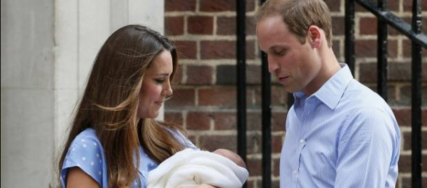 Royal Baby Cambridge greets the world: Kate Middleton and Prince ... - dailymail via Youtube