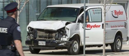 Attentato: furgone sulla folla a Toronto, 9 morti e 16 feriti. Tutta la verità e i dettagli