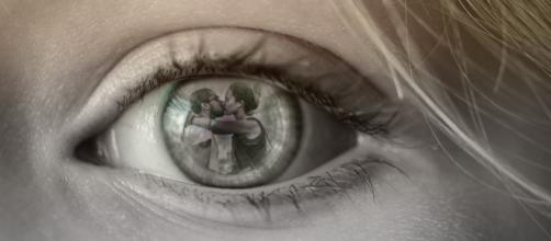 Como você reagiria ao ver seu par com outra pessoa? (Foto: Pixabay).