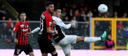 Nella foto della Lega B, Calabresi in pressione su un avversario durante Foggia-Ascoli