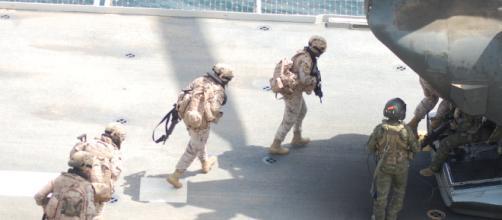 Unidades de Infantería de Marina abordan un helicóptero en la cubierta del portaaviones