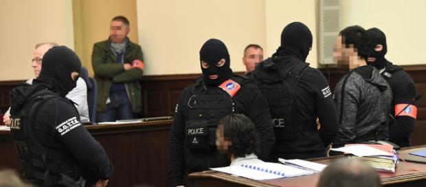Abdeslam im Gericht [ Quelle- sat1.de ]