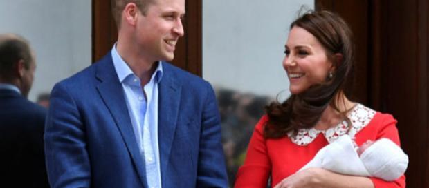 Príncipe William, a esposa Kate Middleton e o mais novo bebê real