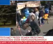 Fragment relacji spod Sejmu od TVP Info (tvp.info).