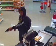 Un erou adevărat! Un tip cu pălărie de cowboy prinde un hoț înarmat - Foto: captură YouTube
