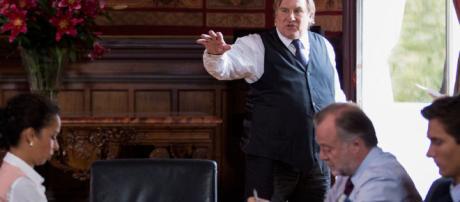 Escena de 'Marsella' con Gerard Depardieu y su equipo municipal en la ficción.