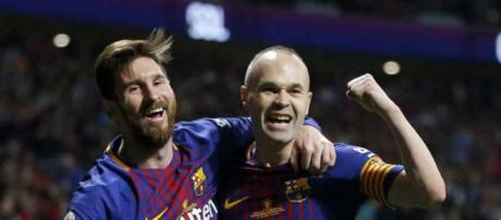 Leo Messi com o companheiro de sempre, Iniesta