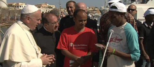 Papa Bergoglio a Lampedusa nel luglio del 2013 (fonte giornalismi.info)