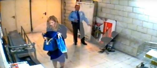 Un vídeo de Cristina Cifuentes robando cremas en un hipermercado fuerza su dimisión
