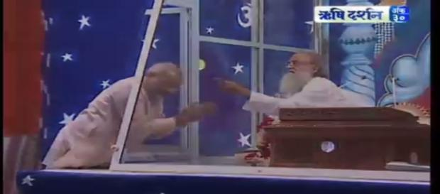 Modi seeking blessings of Asaram-Photo-( image credit -Rishidarshan/youtube.com)