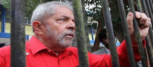 Clima esquenta em Curitiba e o ex-presidente Lula poderá ser remanejando da Superintendência da Polícia Federal