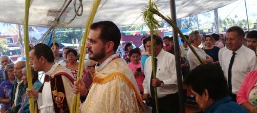 Grupo de sacerdotes realizan misa en México
