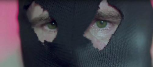 The main image of the Black Hood always focuses on his bright green eyes. Image via: TheDCTVshow / YouTube Screenshot
