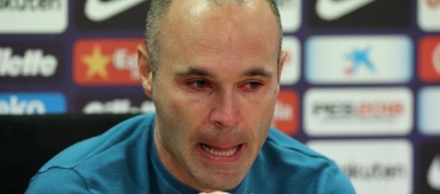 Andes Iniesta in lacrime durante la conferenza stampa di addio al Barça