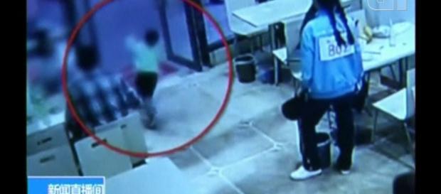 Vídeo mostra momento que grávida derruba criança propositalmente em restaurante