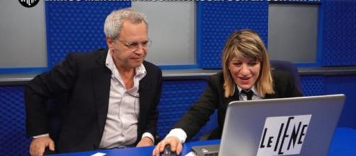 Enrico Mentana con l'inviato de Le Iene Mary Sarnataro