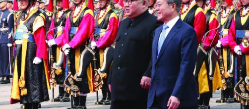 Kim y Moon dan inicio a cumbre con histórico apretón de manos ... - paginasiete.bo