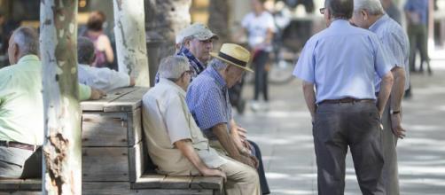 Las pensiones en 2018 vuelven a subir solo el 0,25%, menos que el ... - elpais.com