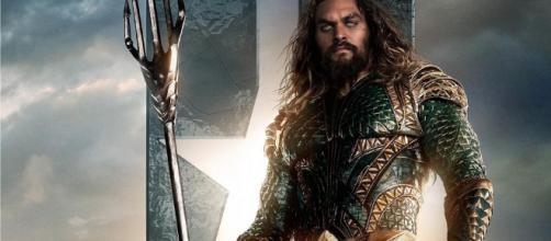 Momoa, Arthur Curry, también conocido como Aquaman, forma equipo con Batman, Wonder, Flash, Cyborg y Superman para derrotar la liga de justicia.