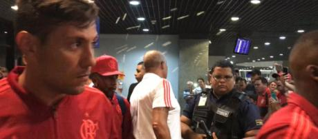 Torcida do Flamengo pressiona o time no aeroporto