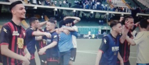 La gioia dei giocatori del Sorrento a fine partita.