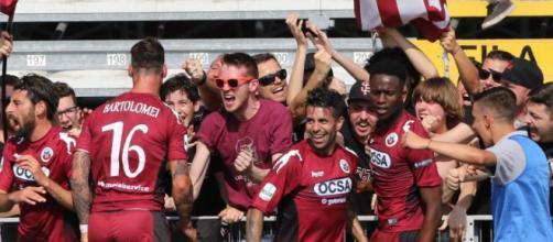 Nella foto della Lega B, i calciatori del Cittadella esultano con i tifosi