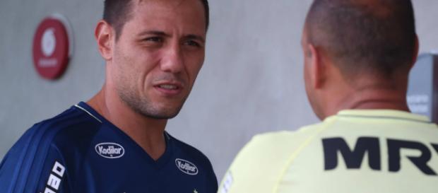 Vice do Fla fala sobre Diego Alves tacar café em torcedor