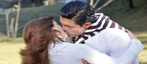 Eduardo beija Fernanda e ela o rejeita em Amanhã é Para Sempre (Foto: Televisa)