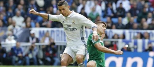 El Real Madrid gana con más dudas y suerte que fútbol