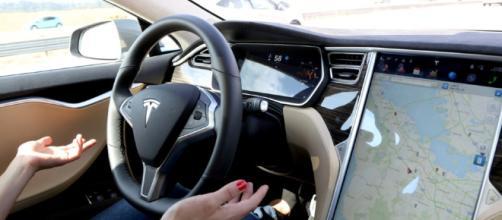 Patente ritirata, Tesla: lascia il volante e passa sul sedile passeggero il video