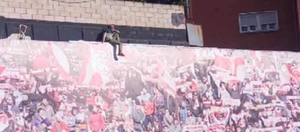 Un hombre encaramado en el fondo del Estadio de Vallecas