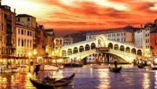 Venezia, turisti danzano nudi al Rialto