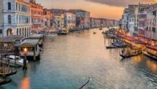A Venezia si spogliano e ballano nudi due ragazzi elvetici ubriachi