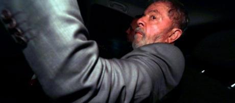 Lula se entrega a PF no ABS Paulista