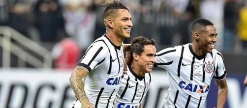 Guerrero, Jadson e Malcom em comemoração. (foto reprodução).