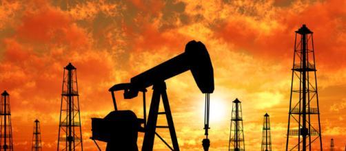 Il prezzo del petrolio cala ancora