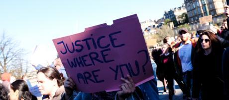 Pancarta que pregunta por la justicia española