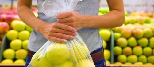Sacchetti biodegradabili per frutta e verdura: si possono portare ... - wired.it