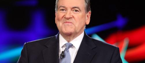 Mike Huckabee comparó su colonoscopia con una de Michael Jackson.
