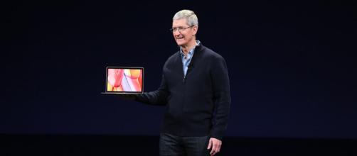 Tim Cook - muestra una MacBook
