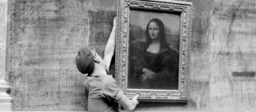 Un ouvrier du Louver raccroche Mona Lisa pour la réouverture de la Grande galerie du Louvre - bfmtv.com