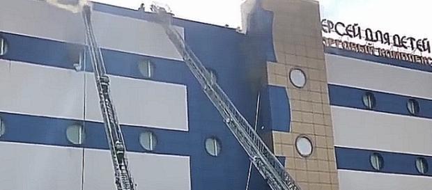 Strażacy natychmiast zaczęli wspinać się w kierunku hal fabrycznych, by ratować ludzi i gasić ogień (screenshot)