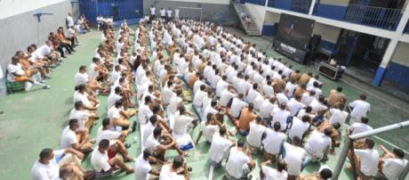"""Presos do Centro de Detenção Provisória de Pinheiros, em São Paulo, assistem ao filme """"Nada a Perder"""""""