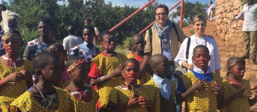 Chiquillo y Bastidas junto a niños de Mozambique