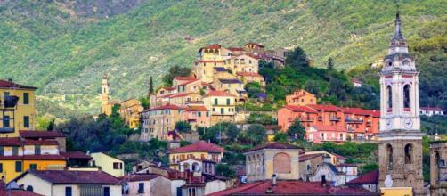 Uma cidadezinha pequena e aconchegante na Itália.